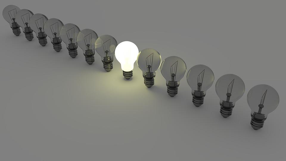 Série d'ampoules LED dont une seule est allumée pour faire des économies d'électricité