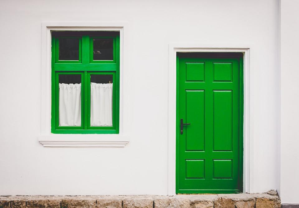 Porte d'entrée bonne isolation maison BBC verte