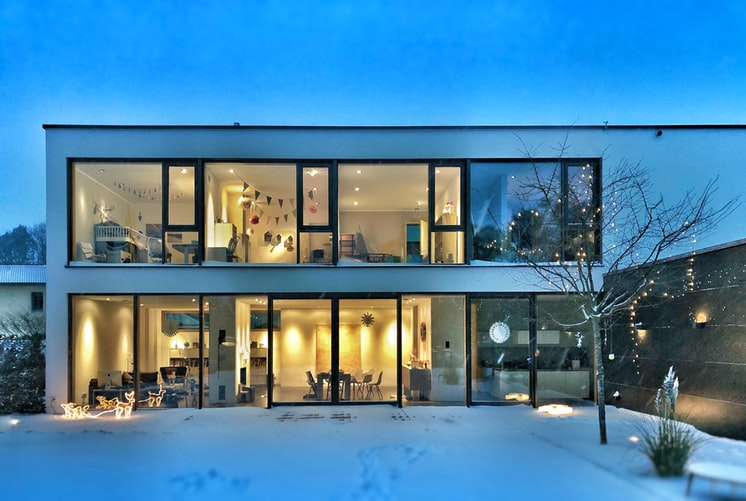 Maison moderne avec de grandes baies vitrées pour le label BBC