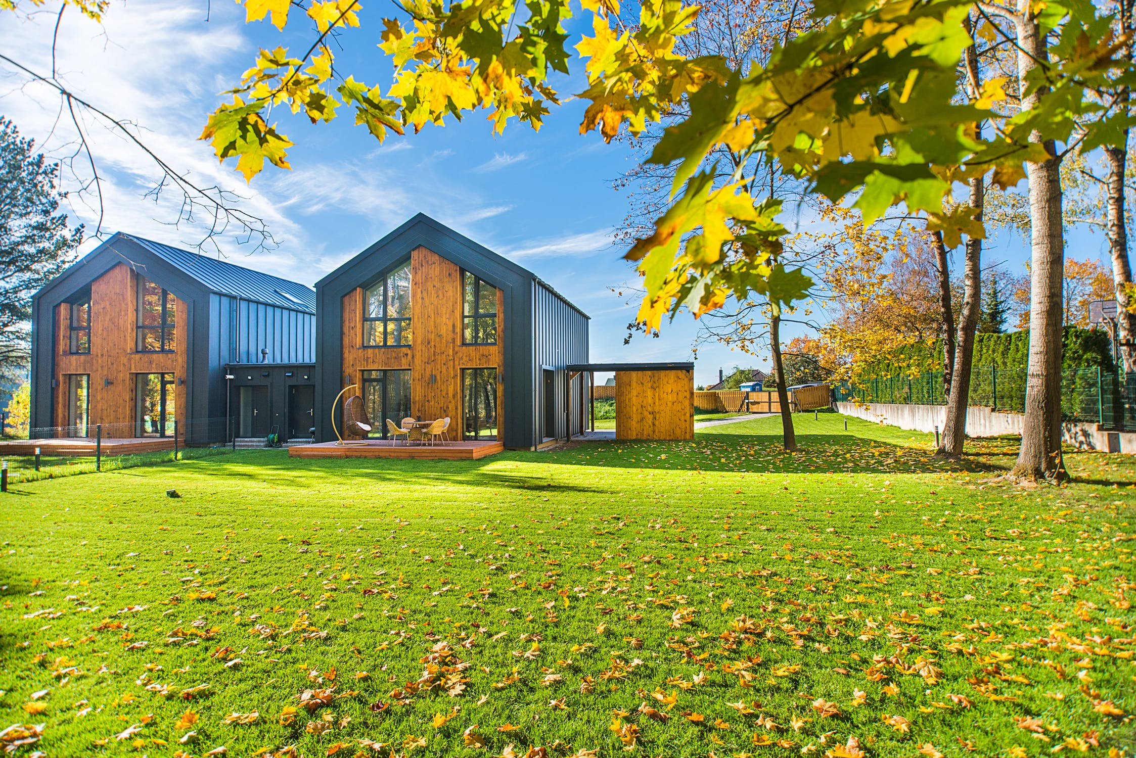 Maisons en bois construites dans le cadre d'un projet d'architecture bioclimatique