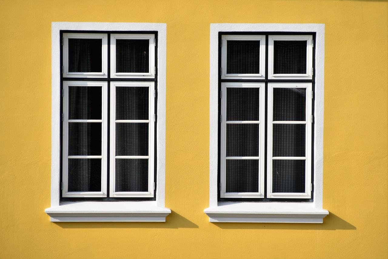 Deux fenêtres sur façade jaune