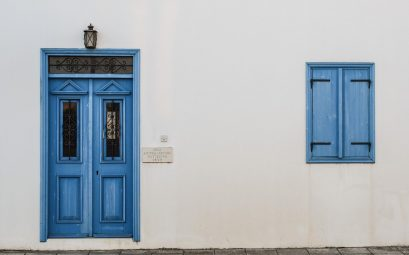 mur blanc de maison avec porte bleu