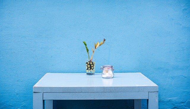 mur bleu et table devant