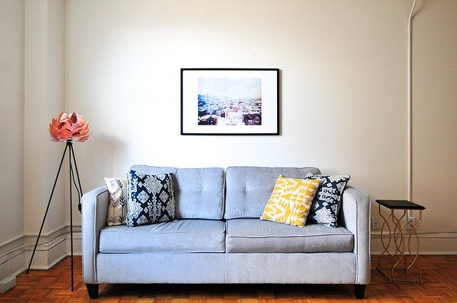 canapé et mur dans une maison